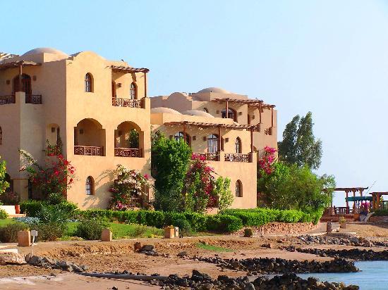 Hotel Sultan Bey Resort: Hotel building near lagoon