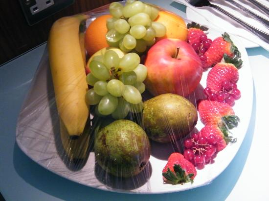 Holiday Inn London - Camden Lock: Fresh fruit platter