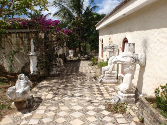 Hotel Boutique Remanso Beach: Walkway from parking lot to hotel
