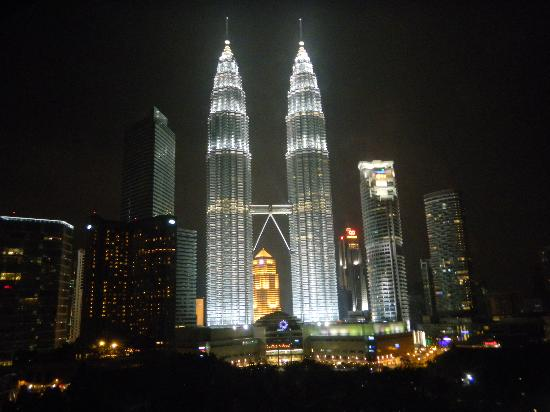 Traders Hotel, Kuala Lumpur: Vista notturna dalla camera