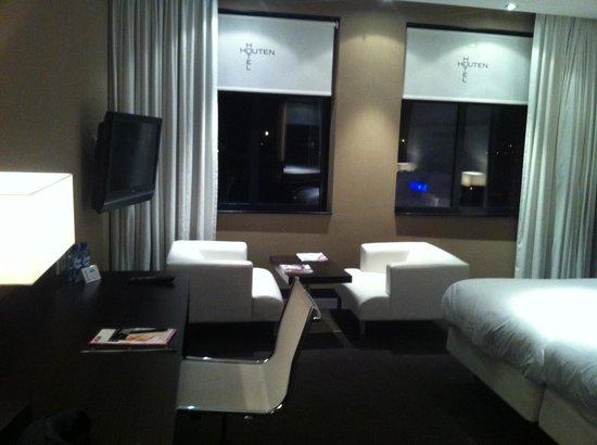 Van der Valk Hotel Houten-Utrecht: Large desk, large TV and comfortable lounge chairs