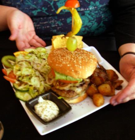 Amigos Restaurant and Roof Terrace : Amigos burger