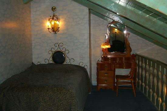 Madonna Inn: Double bed in the upstairs loft