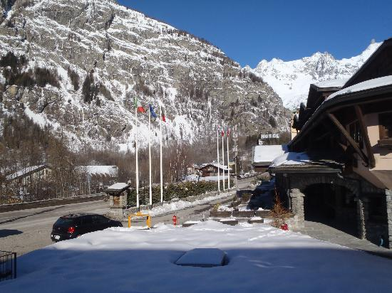 Hotel Club Mont Blanc : the busy road