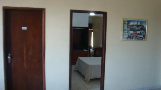 Foz Presidente Hotel: Entrada de la habitación