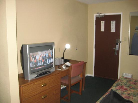 Americas Best Value Inn & Suites : no fridge, no microwave, no coffee pot, cheap, CHEAP lamp