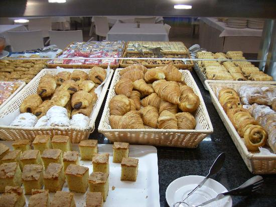 Hotel Deloix Aqua Center: Breakfast bread and cake