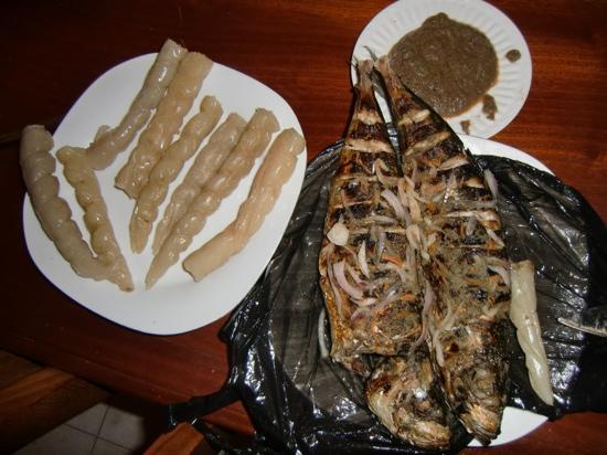 Yaounde, Cameroun : le bon poisson braise + bobolo de Ngousso