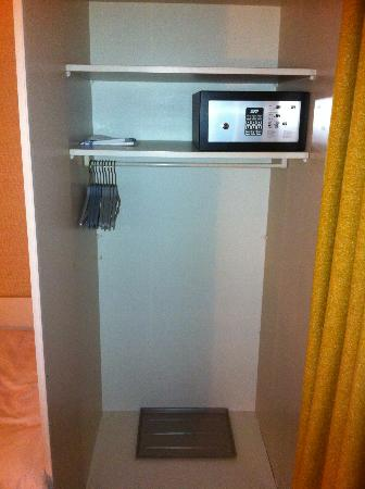 Alpenruhe Kulm Hotel: Rm 33 cupboard