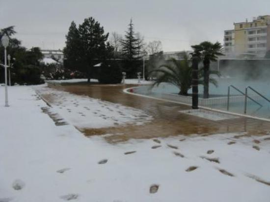 Hotel Des Bains Terme: Piscina dopo la nevicata