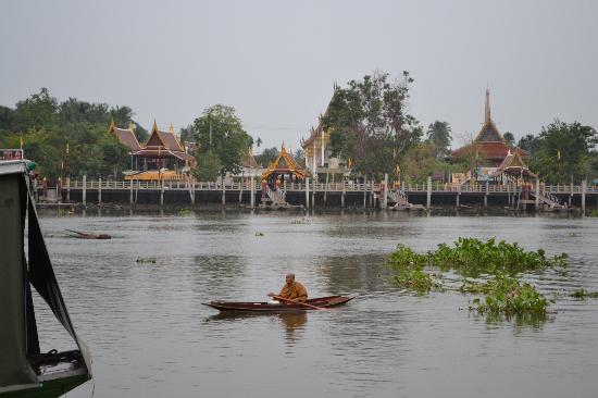 Amphawa Riverview : Monk from the riverside temple
