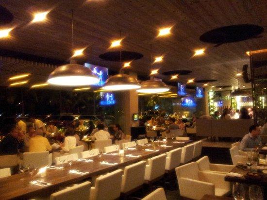 Sonora Grill Prime Vallarta: Open, modern interior