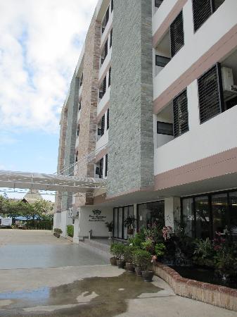 Princess Suvarnabhumi Airport Residence: Front of hotel