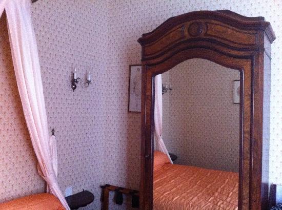 Hotel du Manoir: Wardrobe