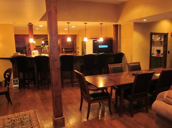 Little Red Ski Haus: Bar area