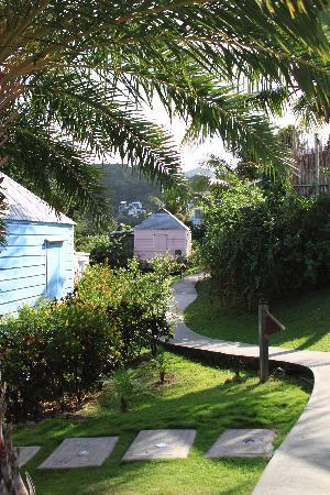 Cocobay Resort: Cottage Walkway