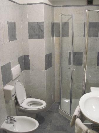 Hotel Paradiso: The bahtroom