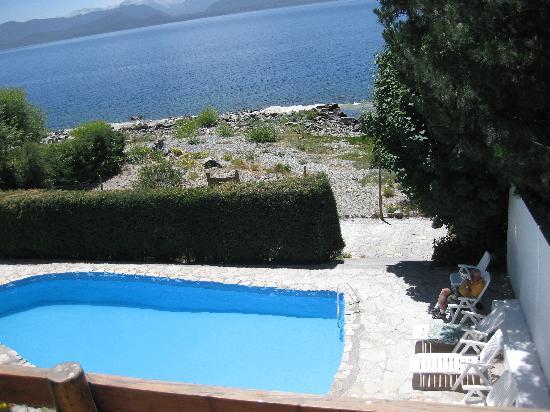 Costas del Nahuel Hosteria: Swimming pool and lake shore