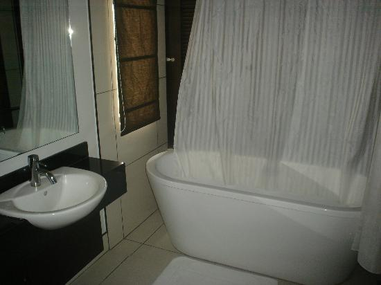 8 Suites: Bathroom