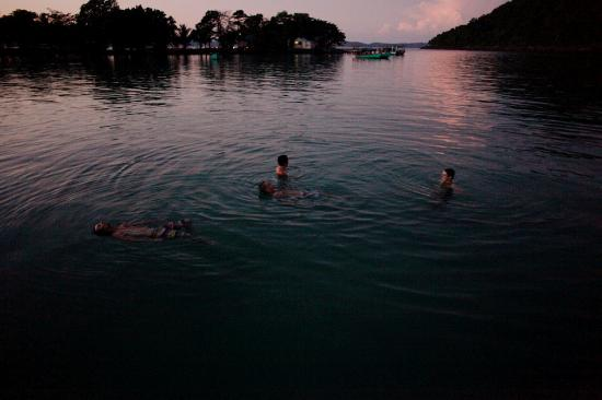 Island Divers Cambodia: sunset swims witht the island divers crew