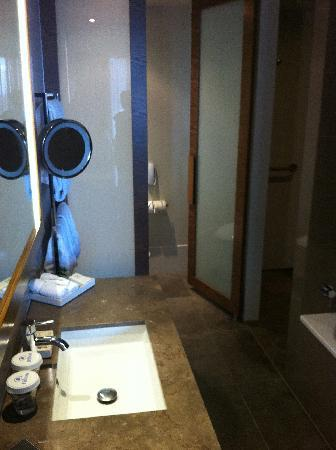 Hilton Melbourne South Wharf: Really nice modern bathroom
