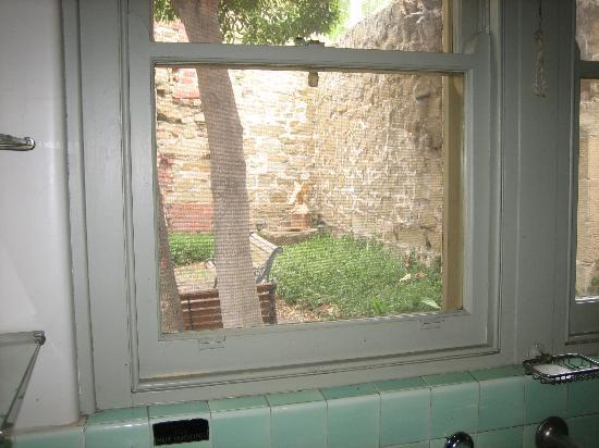 Gatehouse on Ryrie: Charming stone walls of the courtyard from our kitchen
