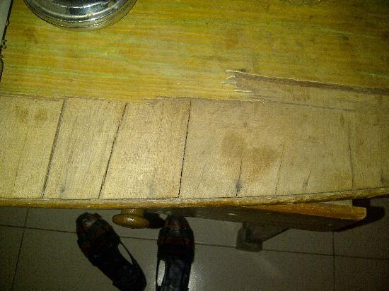 Vincy Beach Resort: broken desk in the room