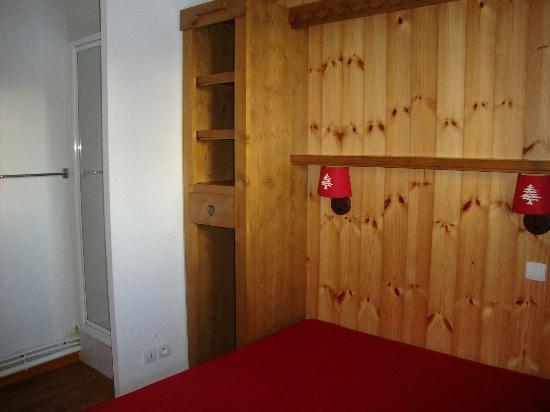 Residence Le Parc Aux Etoiles : Chambre + douche