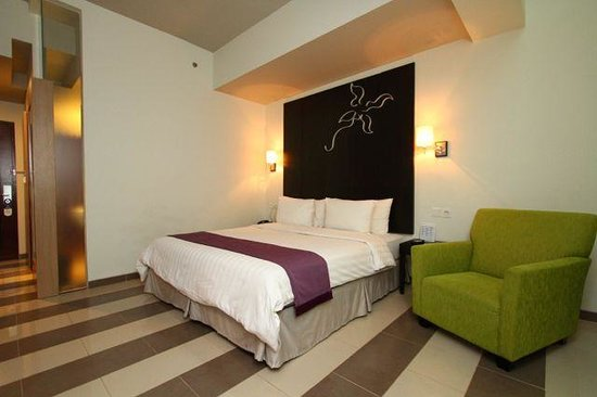 Atria Hotel Gading Serpong : View of the huge king-sized bed