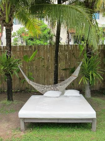 Naithonburi Beach Resort: Massage Bed and swinging chair
