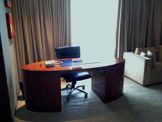 Traders Hotel, Kuala Lumpur: Working desk in the living room