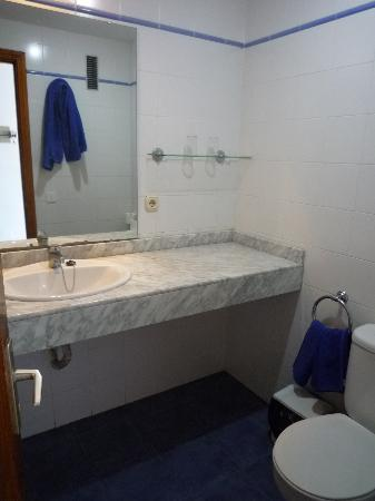 Costa Volcan Apartments: Bathroom