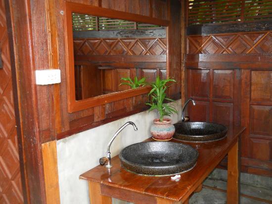 Nam Khong Guest House : shared bathroom