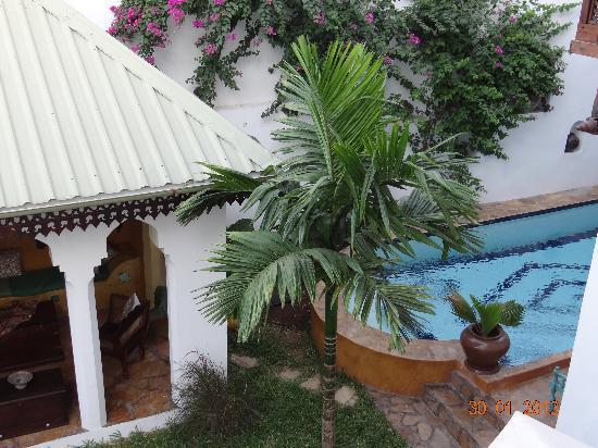 Kholle House: Innenhof mit Pool