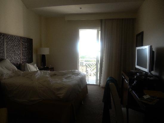 The Reach, A Waldorf Astoria Resort: Room with modern dark furniture