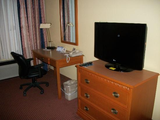 Quality Inn and Suites: Flat Screen TV and Desk