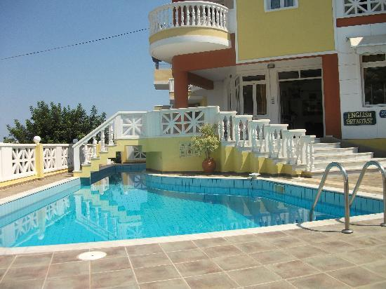 Filia Hotel Apartments: Pool on the South side of the hotel