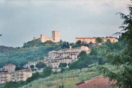 Ostello Centro Speranza Sant'Anna: Die Burg Albornoz beherrscht Narni.