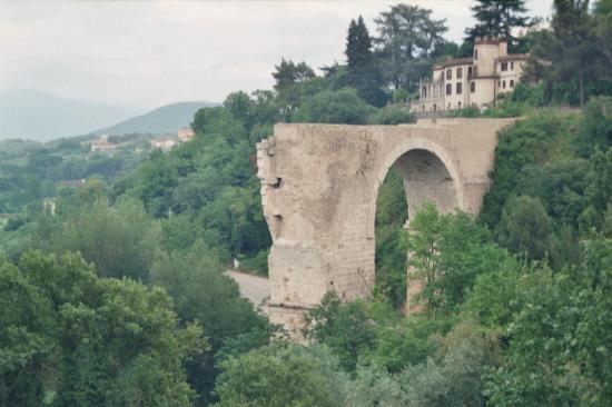 Ostello Centro Speranza Sant'Anna: Ponte d'Augusto aus dem 1. Jh. vor Chr.