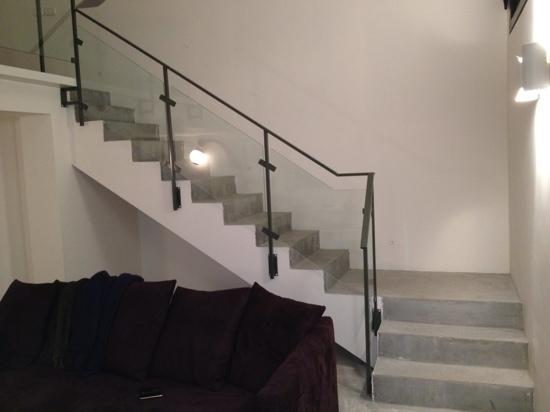 InnSense Bistro and Suites: escalier vers la mezzanine
