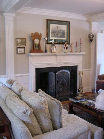 Magnolia Manor: Living room