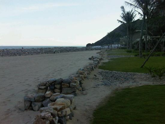 Mia Resort Nha Trang : Rocks from storm damage being removed
