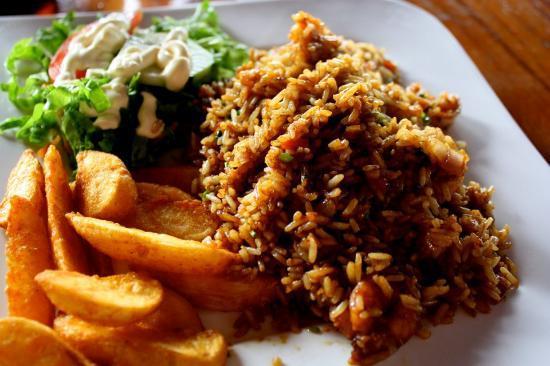 Mi Rancho Bar Restaurante Y Chicharronera: Shrimp and rice dish with tasty potato wedges