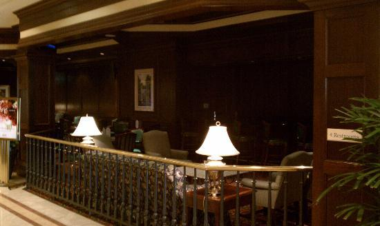 Milwaukee Marriott West : Great lobby bar (that has lights on when it isn't first thing in the morning) with free internet