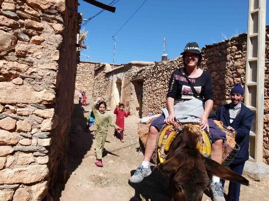 Berber Travel Adventures : Traversée d'un village