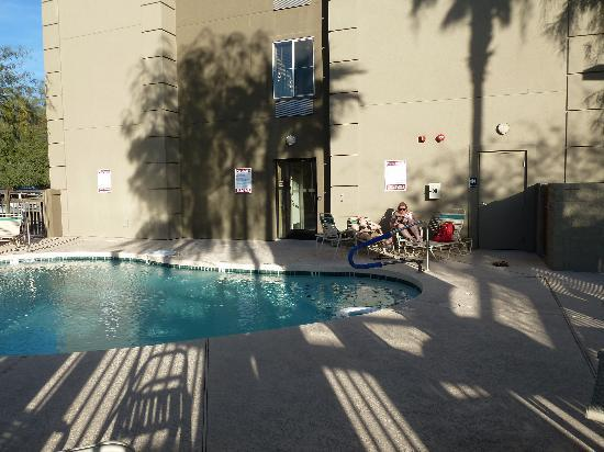 Holiday Inn Express Hotel & Suites, Peoria : nice pool with shadow and sun