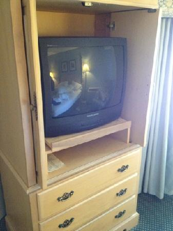 Bristol Harbor Inn: old TV, cheep cabnets