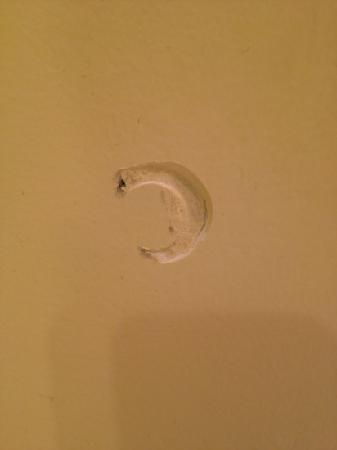 Bristol Harbor Inn: hole in wall in bathroom
