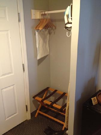 Bristol Harbor Inn : closet cubby hole