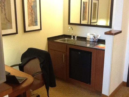 Hyatt Place Pittsburgh/Airport: Kitchenette and workspace